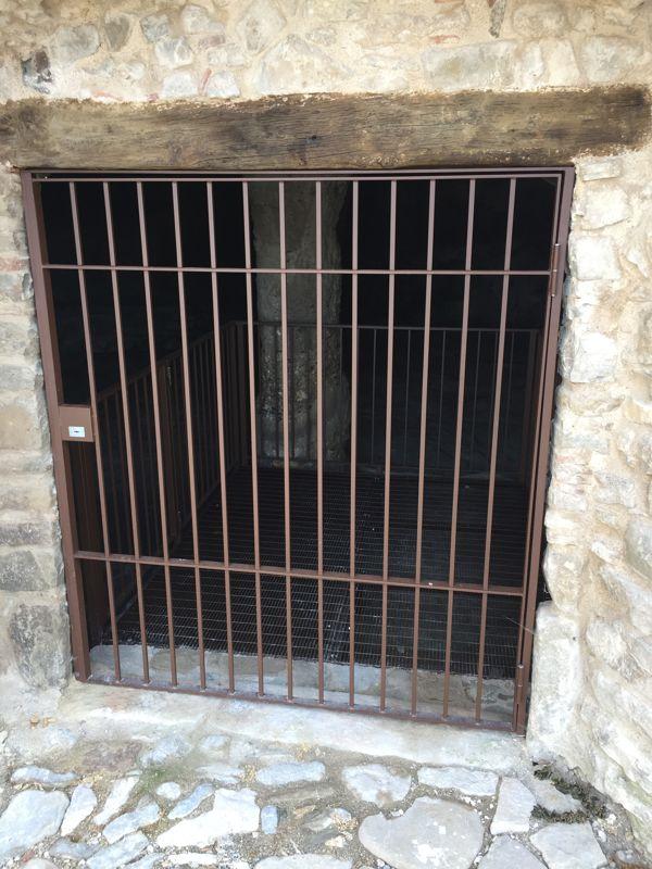 Cancello di accesso alla grotta naturale